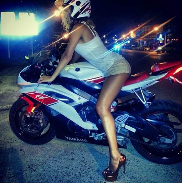 Nous aussi, on prend la même pose lorsque l'on monte sur une moto...