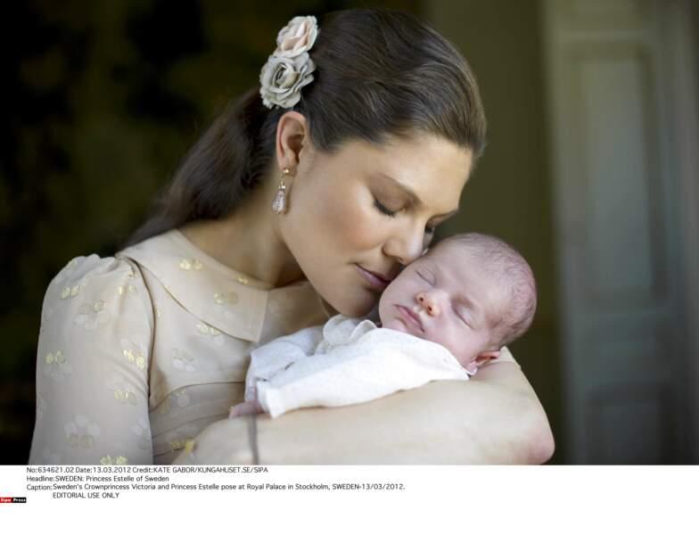 Estelle a un mois et déjà droit à son premier portrait officiel. Avec maman…
