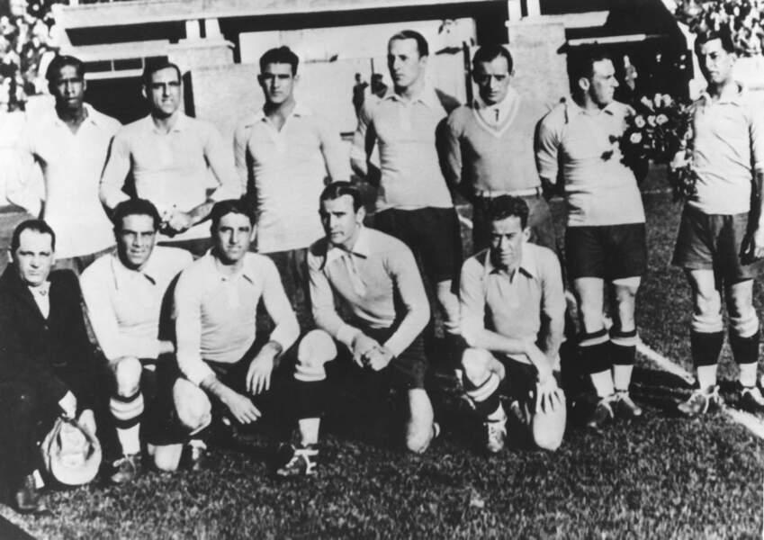 1930 - L'Uruguay remporte la première Coupe du monde face à l'Argentine (José Nasazzi est le capitaine)