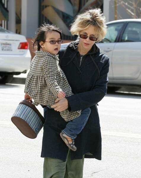 Meg Ryan adopte en 2006 Daisy True, une petite fille d'origine chinoise.