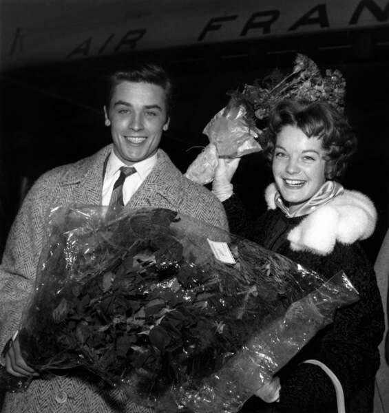 En 1958 le jeune Delon accueille Romy Schneider sur le tarmac pour le tournage de Christine. Le début d'une idylle.