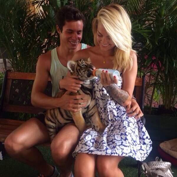 Et on termine par cet adorable cliché du couple avec un bébé tigre. Ok, là on est beaucoup trop jaloux !