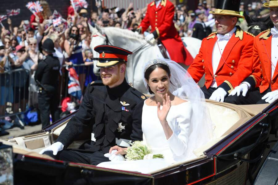 Ils sont ensuite allés à la rencontre de la foule ravie, confortablement installés dans un carrosse
