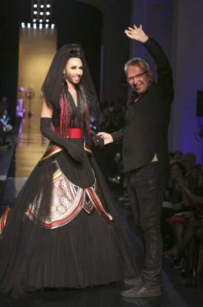 Il habille bien souvent des personnalités de caractère, comme Conchita Wurst, gagnante de l'Eurovision 2014