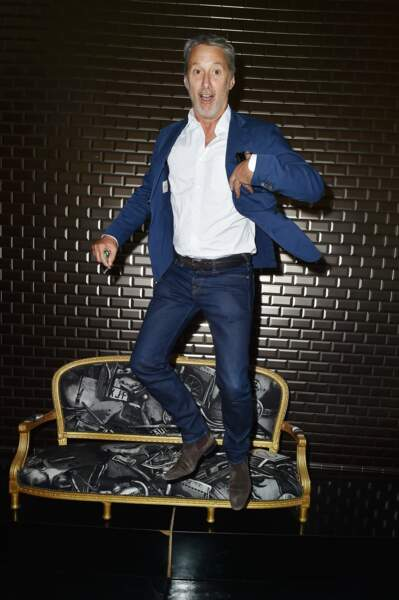 Un Antoine de Caunes qui saute partout