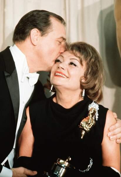 La voici avec son Oscar en 1965, bisoutée par l'acteur Karl Malden