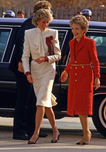 En compagnie de Nancy Reagan, Diana décontractée dans un tailleur blanc très élégant qui lui va comme un gant