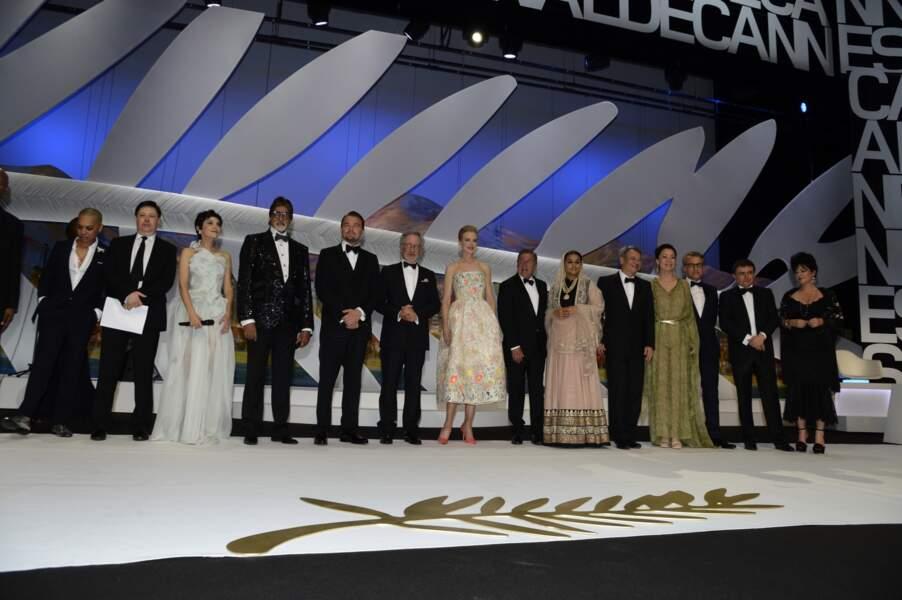 Le jury sur la scène du Festival lors de la cérémonie d'ouverture