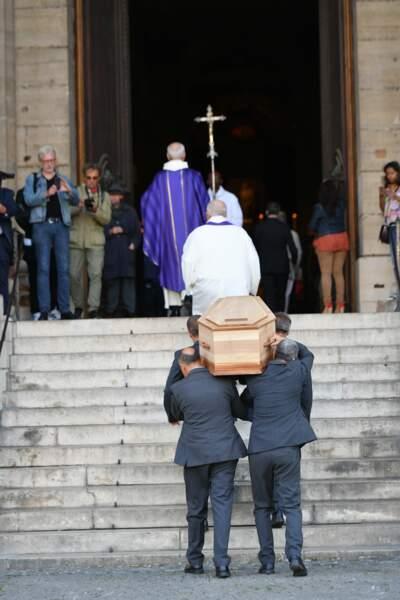 Le cercueil du réalisateur entre dans l'église Saint Sulpice