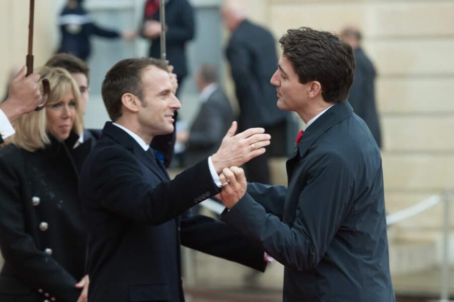 Retrouvailles chaleureuses entre Emmanuel Macron et Justin Trudeau sur le perron de l'Elysée