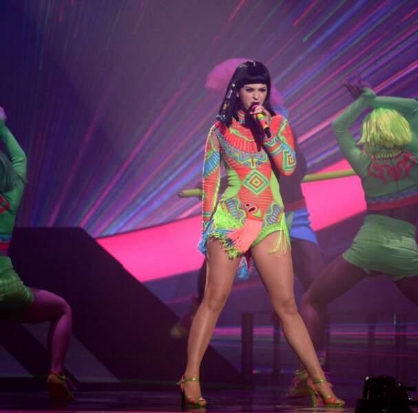 L'excentrique Katy Perry a fait sa prestation déguisée, euh...en perroquet ?