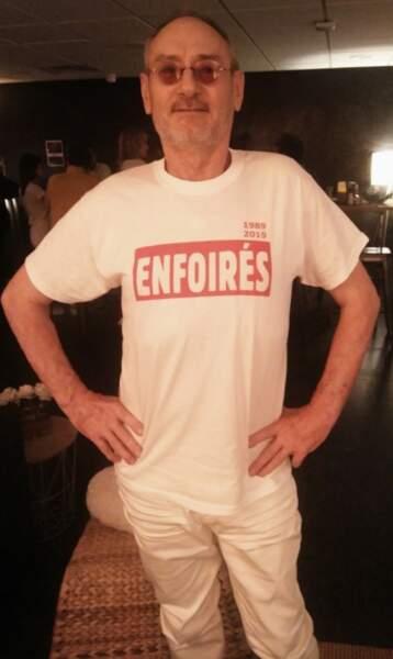 En coulisses, Michael Jones arbore fièrement le t-shirt des Enfoirés 2019
