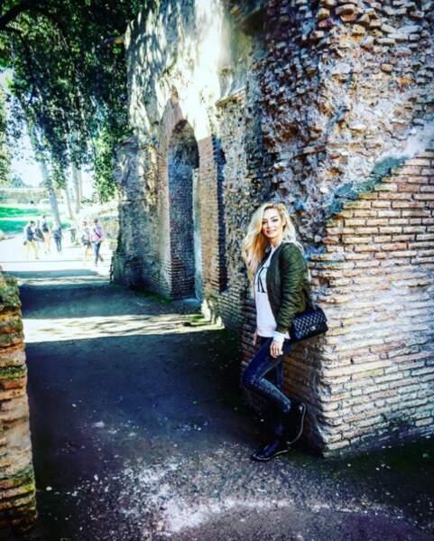 Prend la pose au milieu des ruines antiques à Rome.