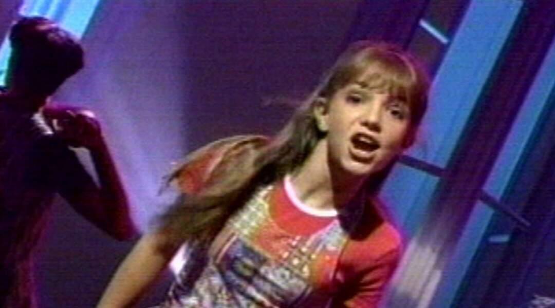 En 1992, Britney Spears fait ses débuts de chanteuse à 11 ans au Mickey Mouse Club.