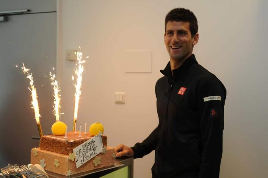 Bon anniversaire Novak ! Et pour ses 27 ans, on imagine qu'il aimerait bien un petit trophée comme cadeau !
