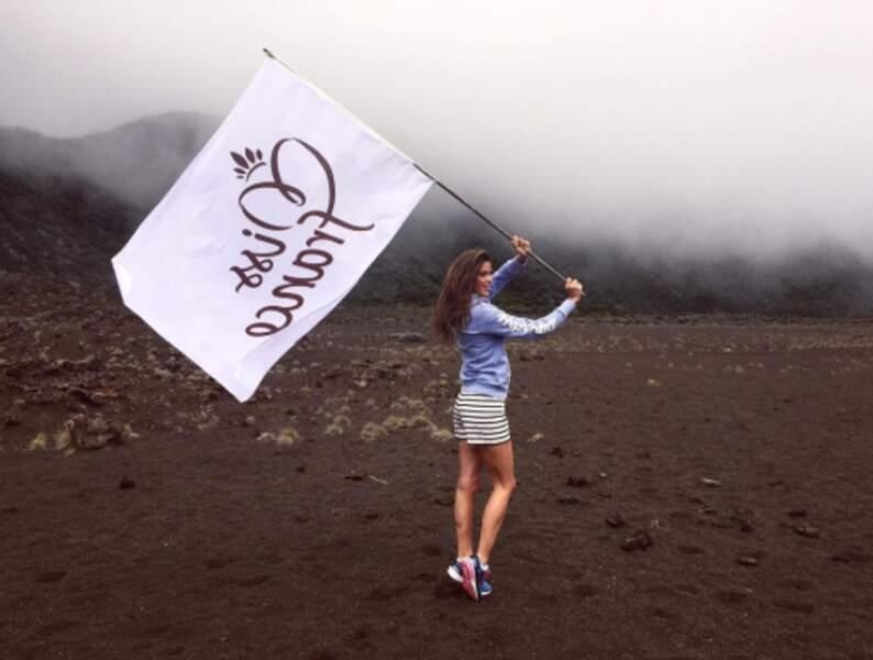 Et Iris Mittenaere a représenté sa team avec un drapeau à l'envers à La Réunion. Oups.