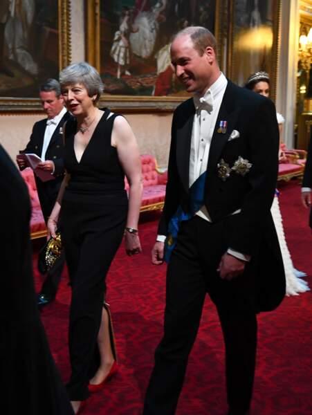 Le prince William en pleine conversation avec Theresa May, Premier Ministre sur le départ