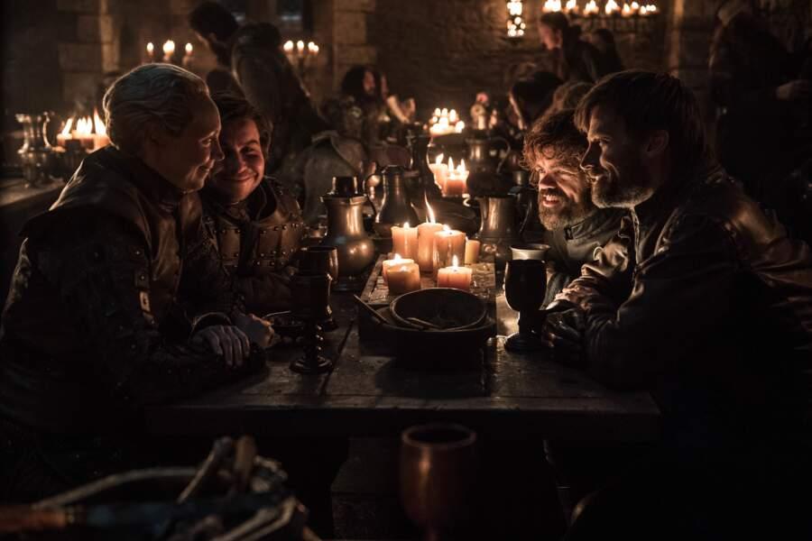 À la lueur des bougies, le vin coule à flot et les corps se détendent
