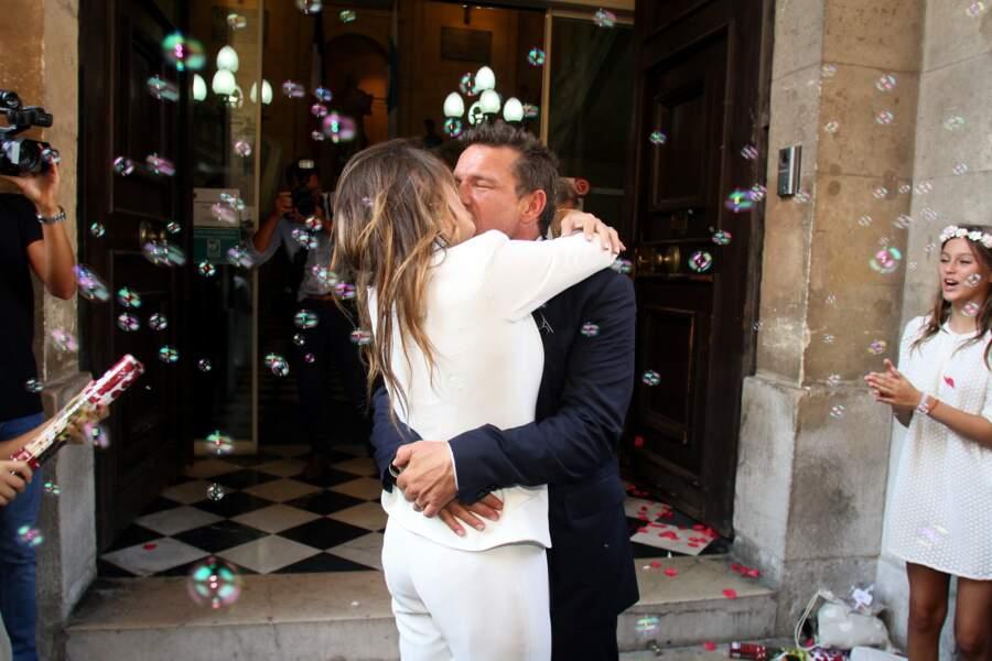A la sortie de la mairie, les mariés ont eu droit à une pluie de bulles...