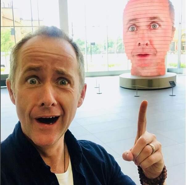 Il est surpris de trouver sa tête géante trônant au Wizard World Comic Con (juillet 2018)