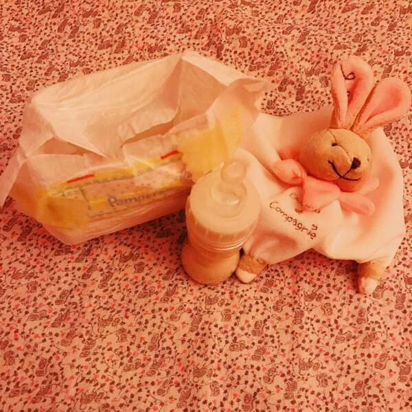 une couche, un biberon, un doudou, c'est par cette photo que Melanie Bernier a annoncé l'arrivée de sa fille le...