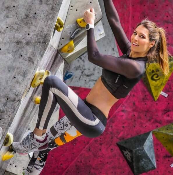 Tout en muscles, Laury Thilleman sexy en legging crapahute sur un mur d'escalade