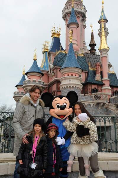 Pendant ce temps, Maxwell pose avec sa femme Giulia Andrade et leurs trois filles : Maria, Valentina et Mannuella