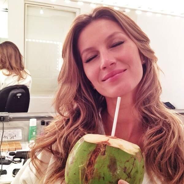 Et pour garder un physique parfait, elle boit du jus de noix de coco.
