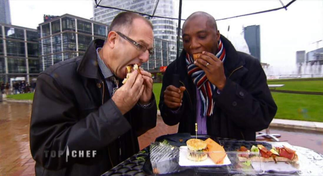 Heureux employés de la Défense qui dégustent des plats des finalistes...