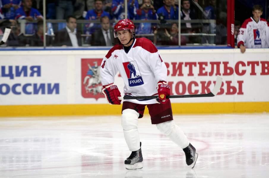 Vladimir fait du hockey sur glace avec une tunique blanche.