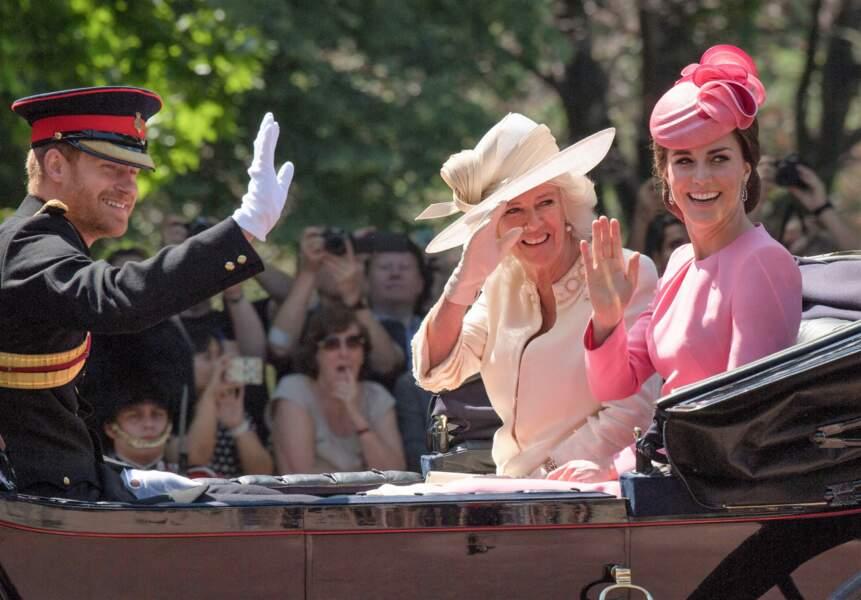 Venu en célibataire, le Prince Harry s'est incrusté dans la calèche de Kate Middleton et Camilla Parker-Bowles