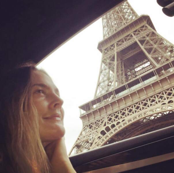 Drew Barrymore montre son amour pour Paris.