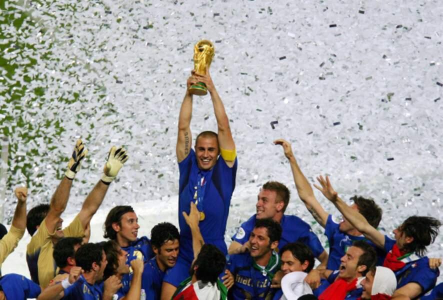 2006 - Fabio Cannavaro, capitaine de l'Italie vainqueur face à la France