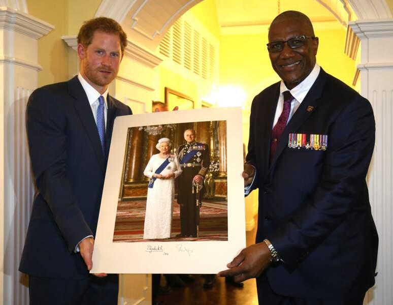 Il offre un portrait de ses grands-parents au gouverneur général Sir Rodney Williams