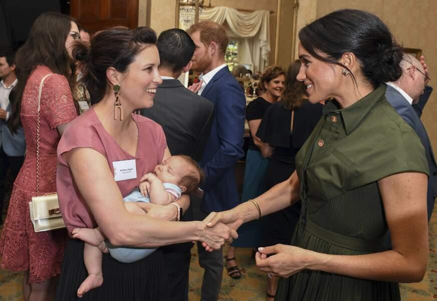 Meghan Markle discute avec la chanteuse australienne Missy Higgins qui tient dans ses bras son bébé de 9 semaines