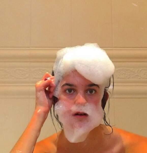 Il suffit d'un peu de mousse pour s'amuser dans son bain, finalement...