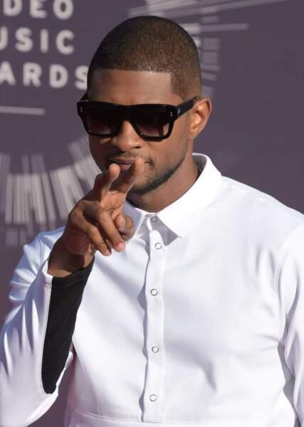 Usher, sobre et efficace dans sa chemise blanche.