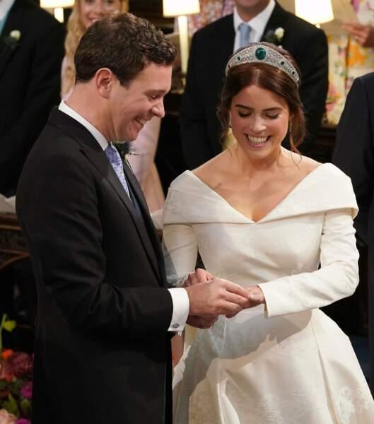 Jack Brooksbank passe la bague au doigt de la princesse Eugenie
