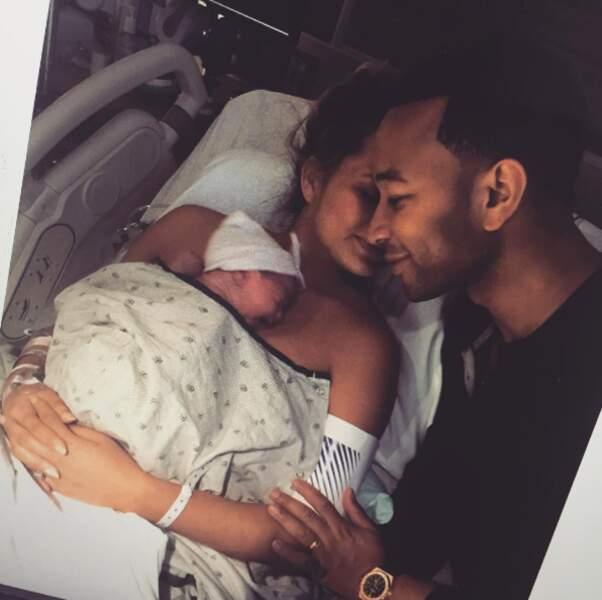 Instant cute : Chrissy Teigen a partagé cette photographie suite à la naissance de sa petite Luna, en avril dernier
