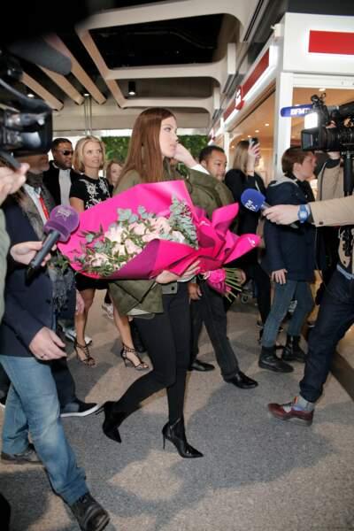 Miss Univers est arrivée très tôt à l'aéroport Roissy-Charles-de-Gaulle de Paris
