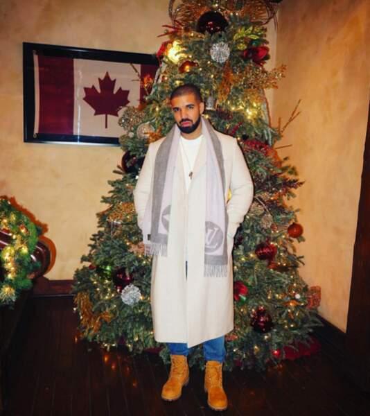 Drake a lui aussi posé devant un gros sapin