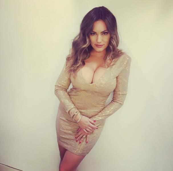 Alerte rouge aux boobs avec cette robe de soirée portée par la top-model Kelly Brook !
