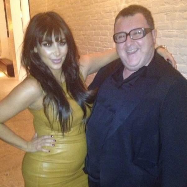 Elle pose ici avec le styliste Alber Elbaz de chez Lanvin.