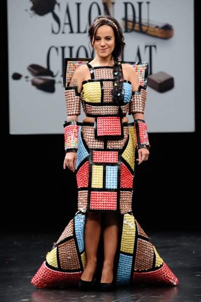 Alizee l'a joué coloré dans sa robe créee par le designer Benjamin Bout et chocolatee par Ben Brass et Smarties.