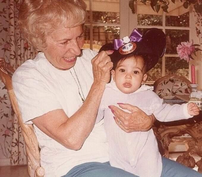 Vous la reconnaissez ? C'est Kim Kardashian aux côtés de sa mémé, Helen.