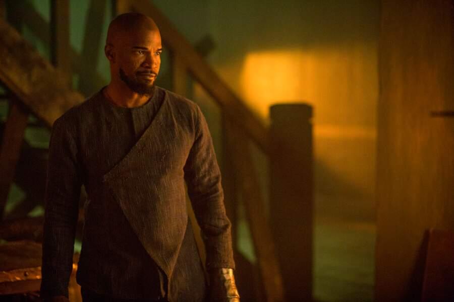 A son retour des croisades il rencontre Jean (Jamie Foxx), un Maure portant lui aussi les stigmates de la guerre