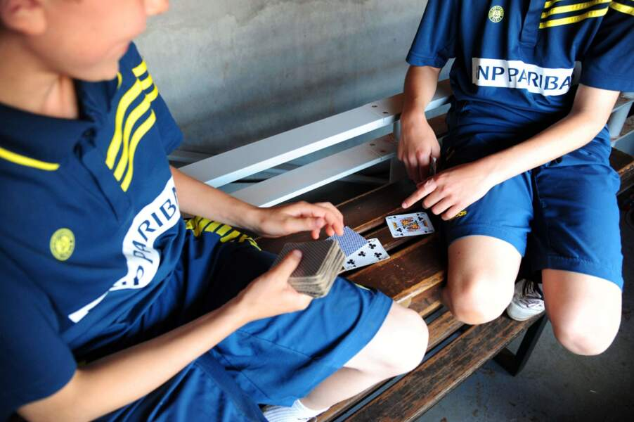 Certains ont préféré jouer aux cartes pour s'occuper.
