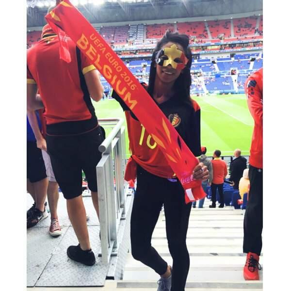 """Masque """"vénitien"""", tenue sexy... Non non, Deborah Panzokou n'est pas à une soirée caliente, elle est bien au stade."""