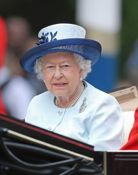 La reine, en bleu pour son anniversaire officiel, a quant à elle gardé son sérieux !