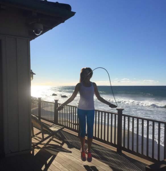 Session de corde à sauter en bord de mer pour Cindy Crawford.